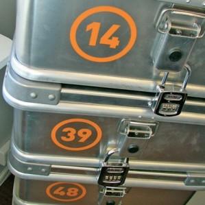 Metallkofferter i stabel med nummer på