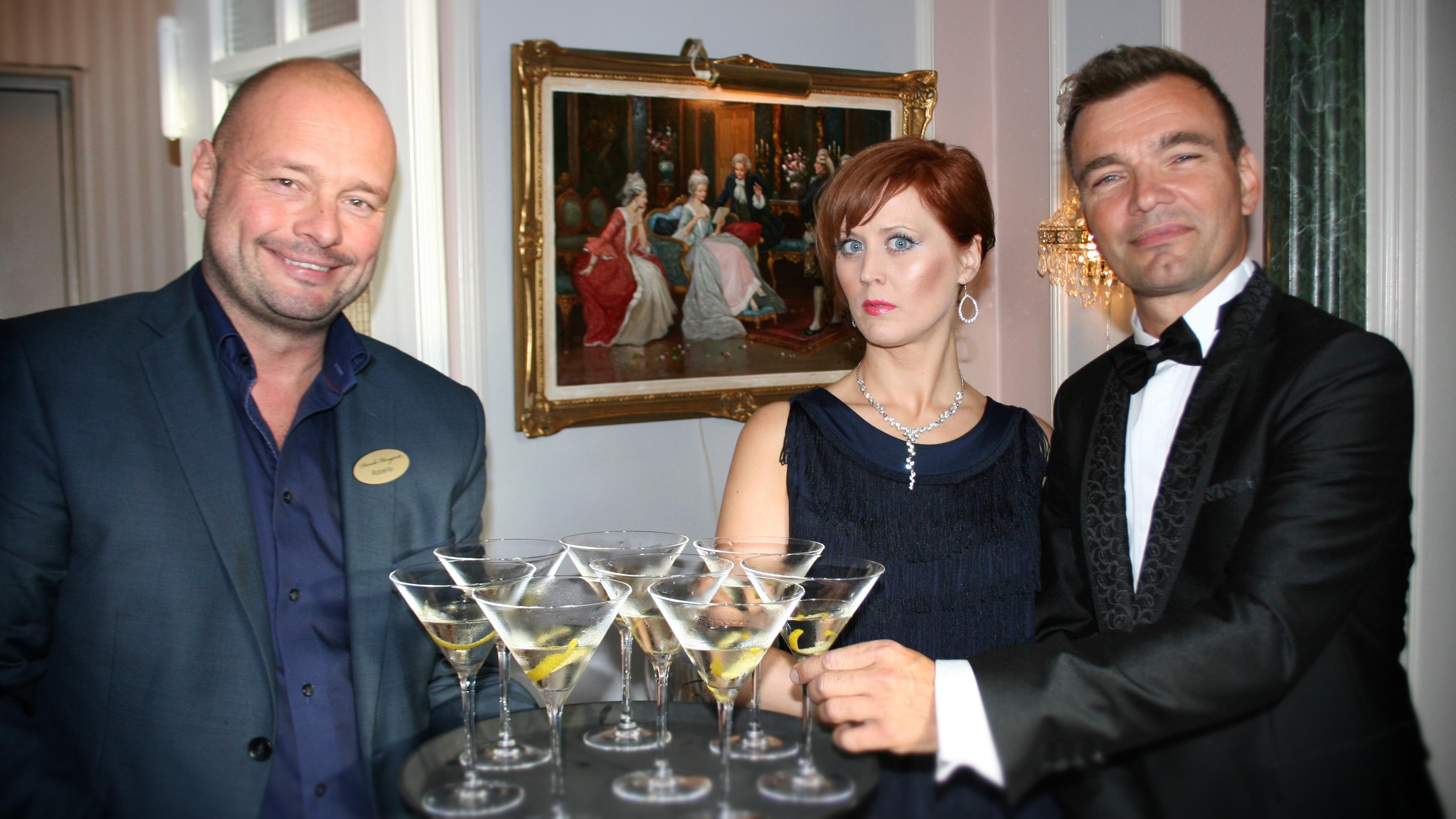 Servitør tilby drinks til James Bond og Bond-damen