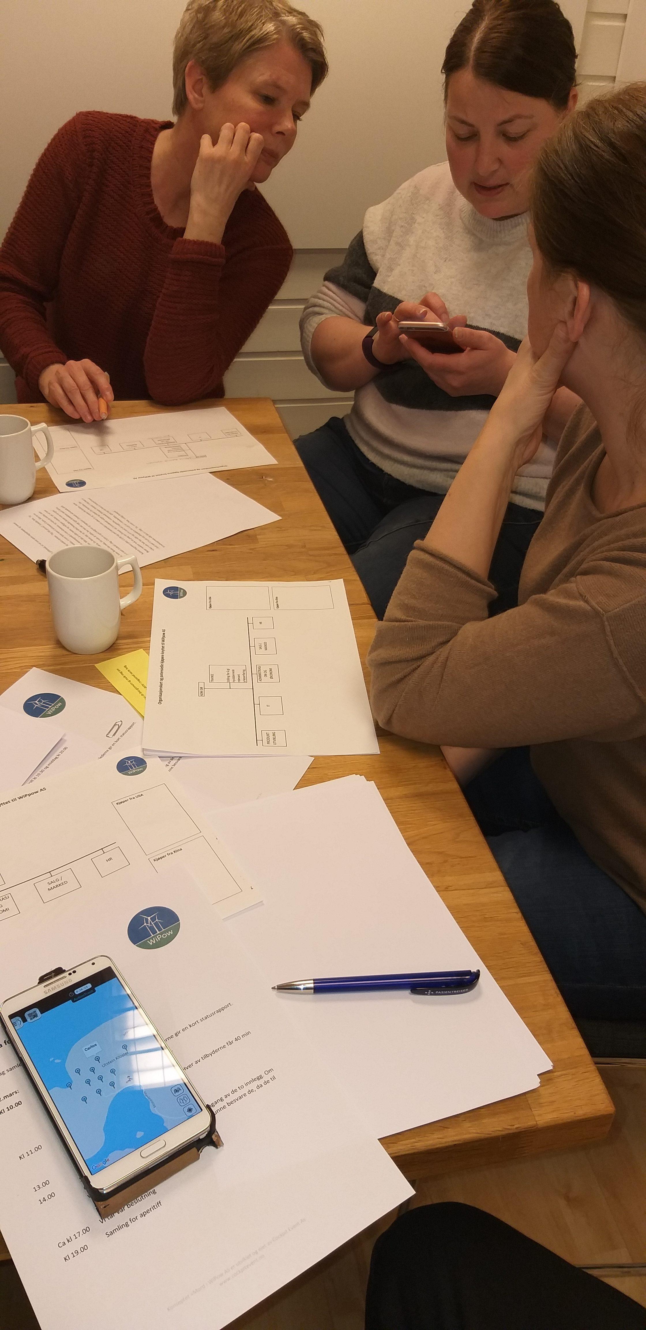 Gruppe løser oppgaver på mobil