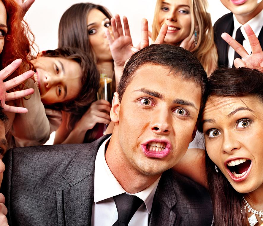 Bryllupsgjester tar gruppe selfie