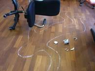 omrisset av person tegnet med kritt på gulvet